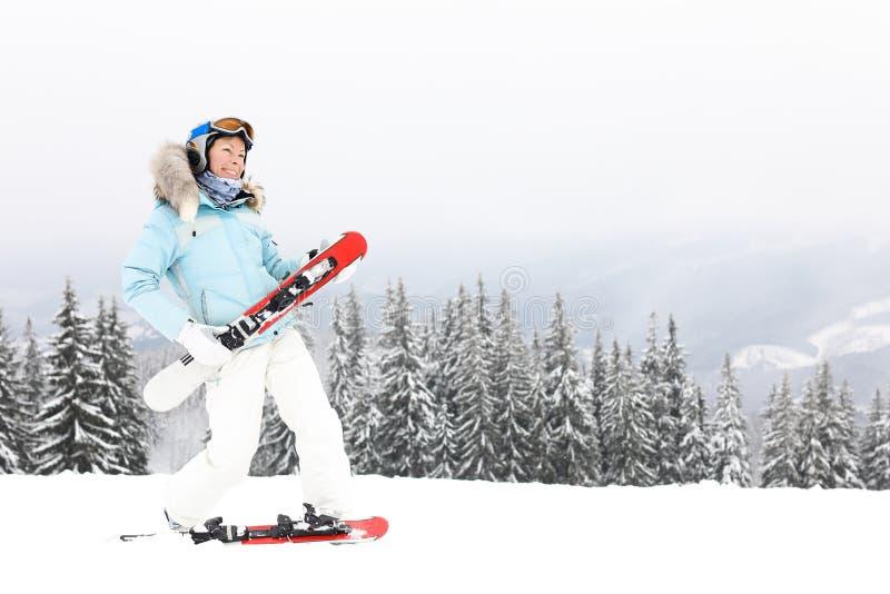 Vrouw met skibladen op berg royalty-vrije stock afbeeldingen