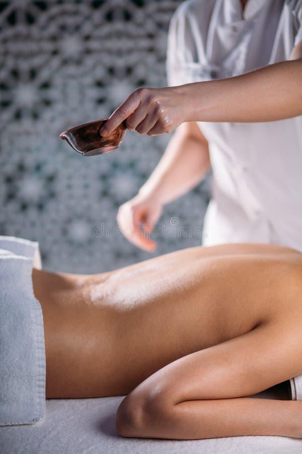 Vrouw met slanke lichaams receving massage met aromatherapy olie stock fotografie