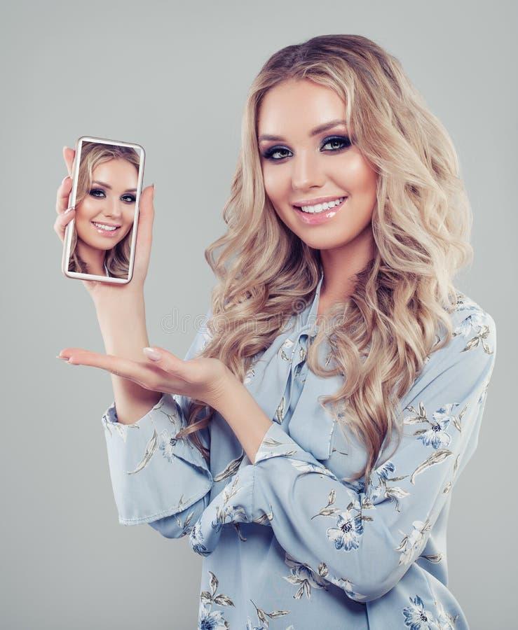 Vrouw met smartphone Gelukkig meisje die selfie foto tonen stock foto