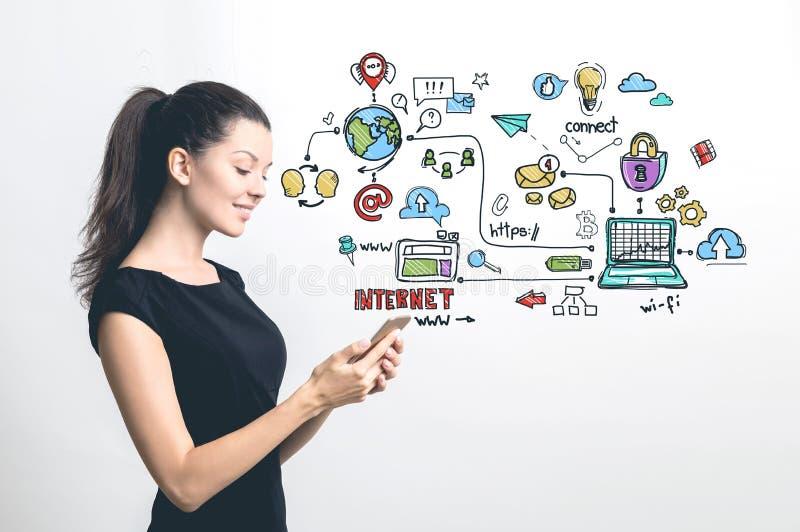 Vrouw met smartphone, kleurrijke Internet-pictogrammen stock foto