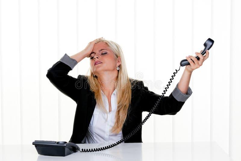 Vrouw met spanning in het bureau royalty-vrije stock foto