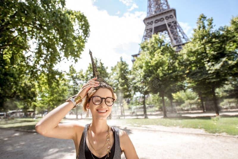 Vrouw met stuk speelgoed de toren van Eiffel stock afbeeldingen