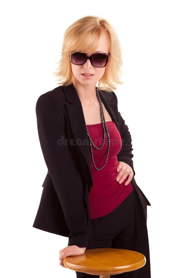 Vrouw met sunglass die op wit stellen royalty-vrije stock foto