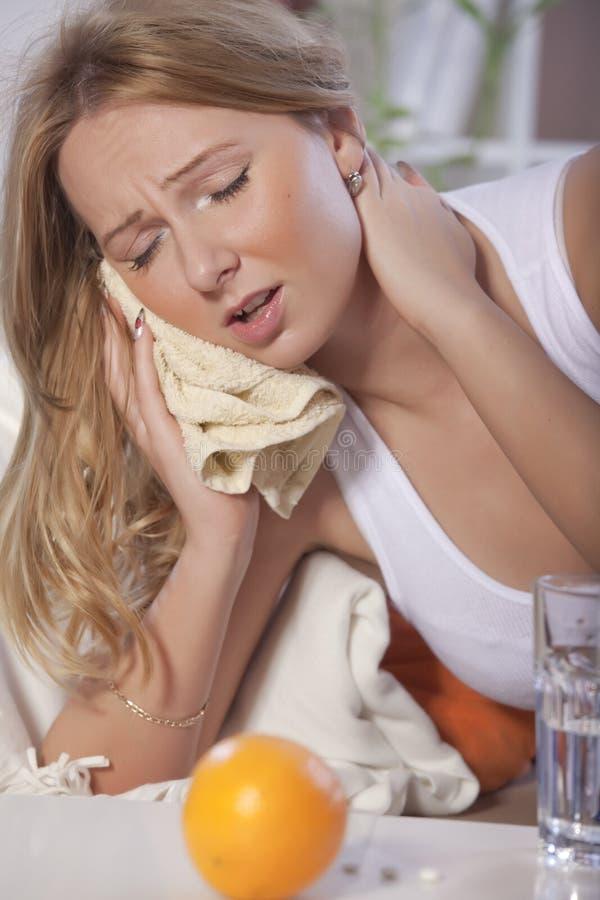 Vrouw met tandpijn stock afbeelding