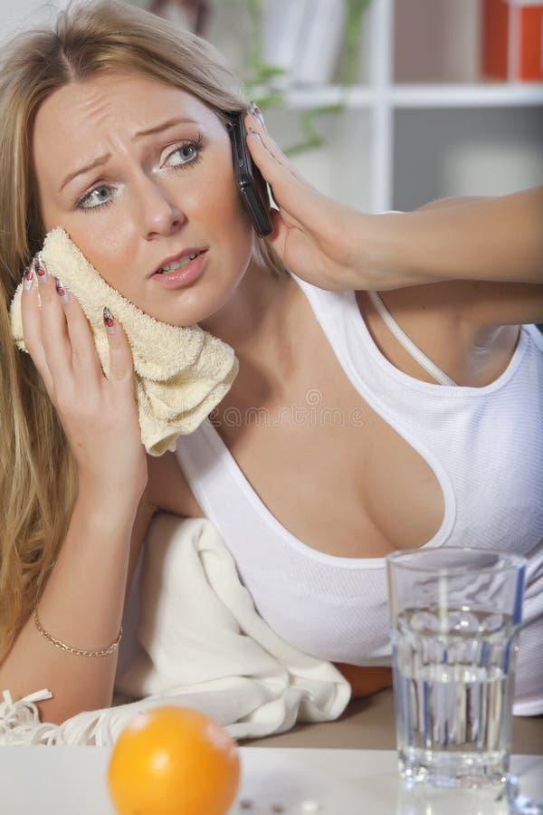 Vrouw met tandpijn en mobiele telefoon royalty-vrije stock afbeeldingen
