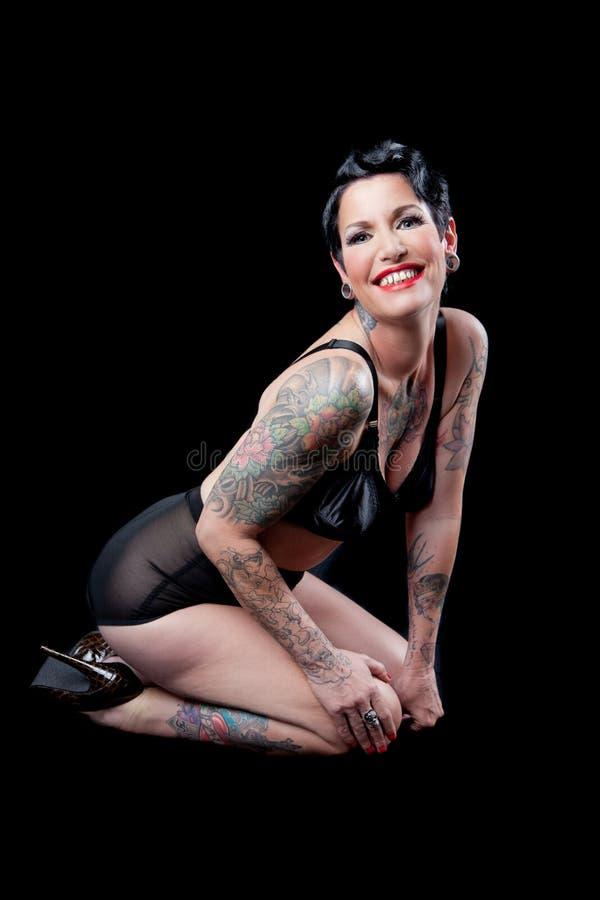 Vrouw met tatoegering op zwarte achtergrond stock afbeelding