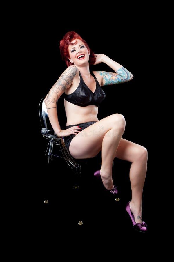 Vrouw met tatoegering op zwarte achtergrond royalty-vrije stock foto's