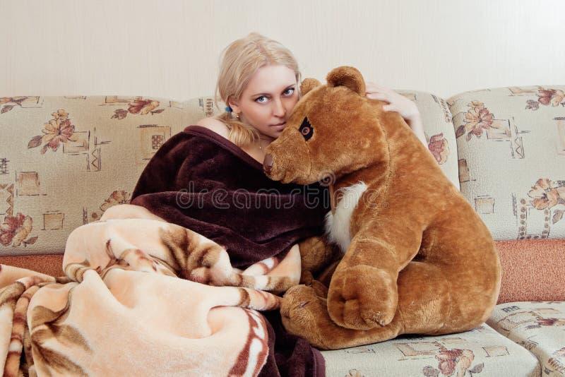 Vrouw met teddybeer stock afbeeldingen