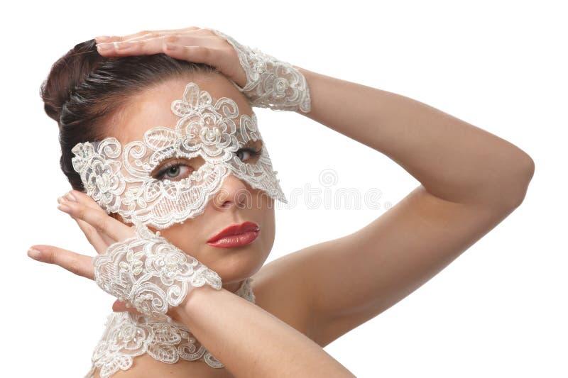 Vrouw met teder gezicht in kantmasker over haar ogen royalty-vrije stock fotografie