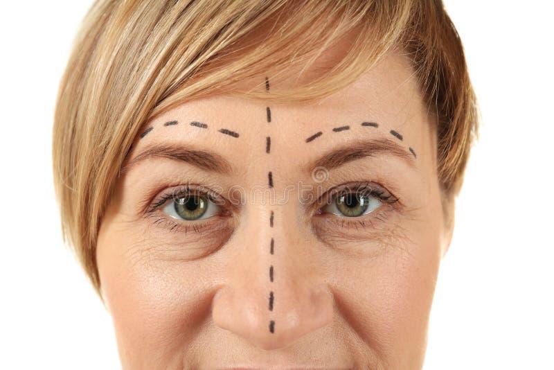 Vrouw met tekens op gezicht voor verrichting stock foto