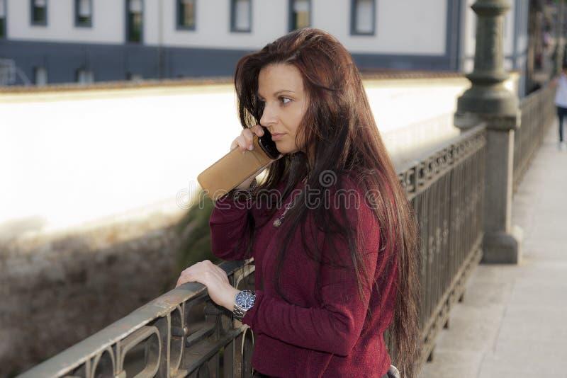 vrouw met telefoon stock fotografie