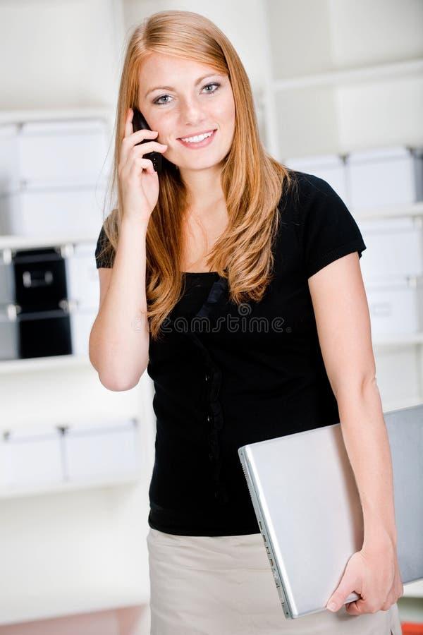 Vrouw met Telefoon en Laptop stock afbeelding