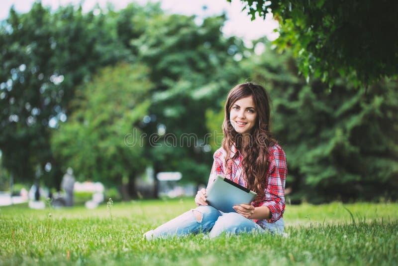 Vrouw met touchpad op in openlucht stock afbeeldingen