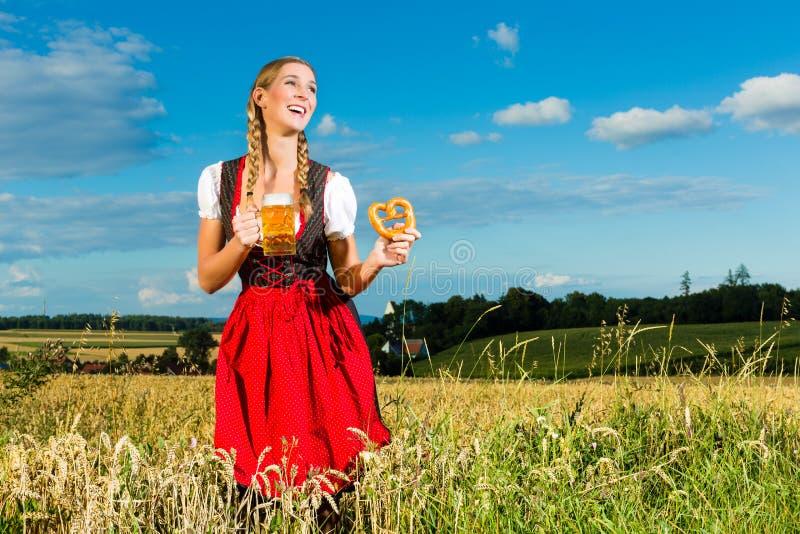 Vrouw met tracht, bier en pretzel in Beieren royalty-vrije stock foto