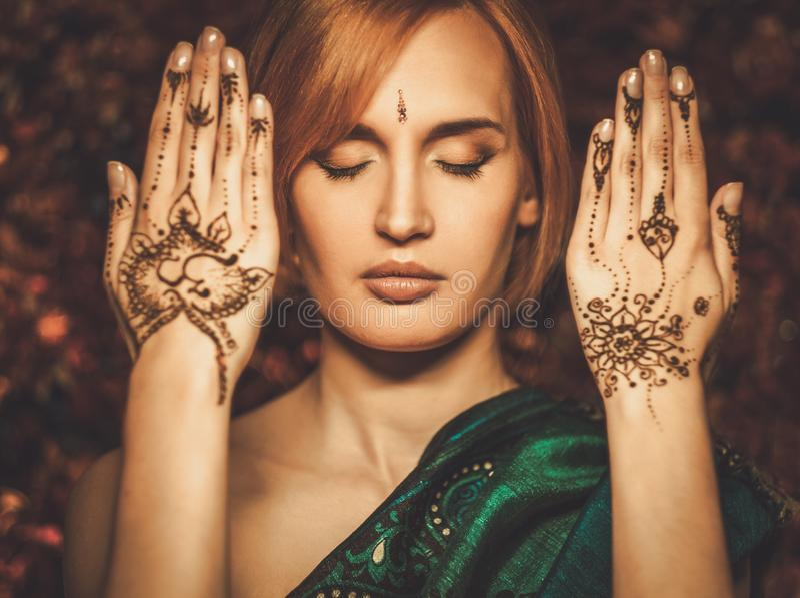 Vrouw met traditioneel hennaornament royalty-vrije stock foto
