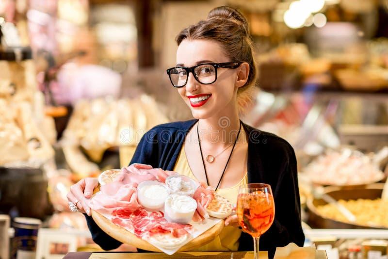 Vrouw met traditioneel Italiaans aperitief stock afbeelding