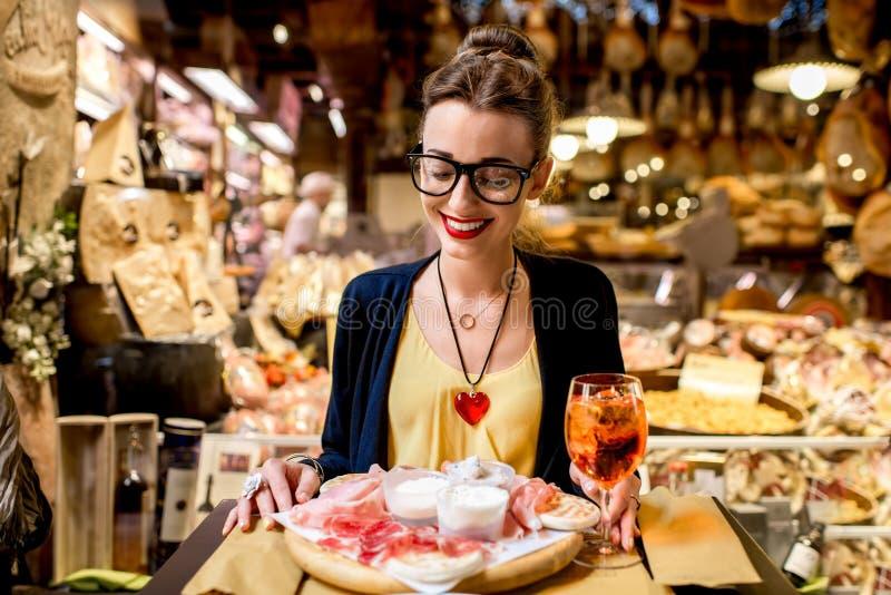 Vrouw met traditioneel Italiaans voorgerecht royalty-vrije stock afbeelding