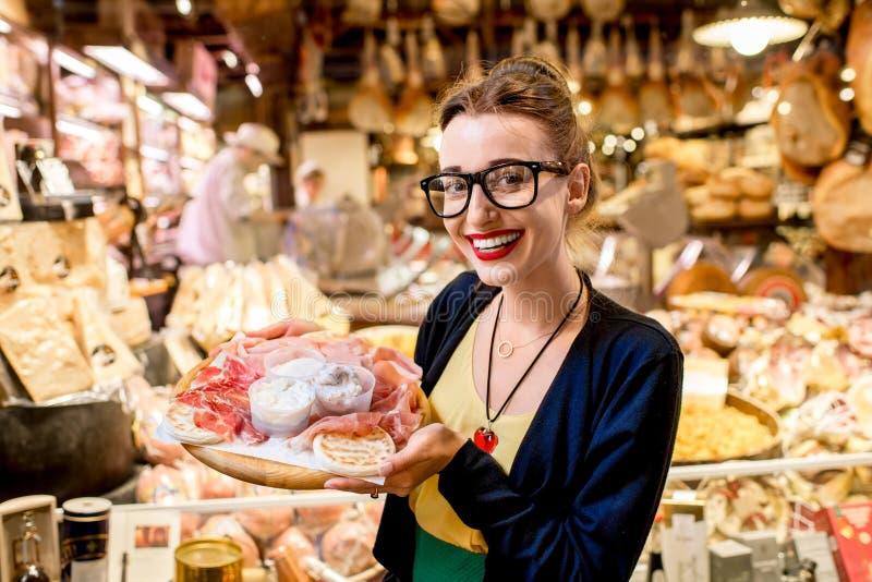 Vrouw met traditioneel Italiaans voorgerecht royalty-vrije stock fotografie