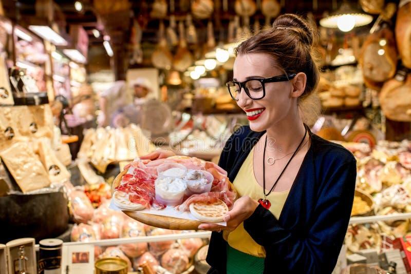 Vrouw met traditioneel Italiaans voorgerecht stock afbeelding