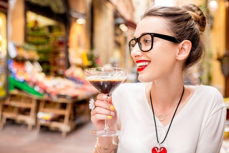 Vrouw met traditionele Italiaanse koude koffie royalty-vrije stock fotografie
