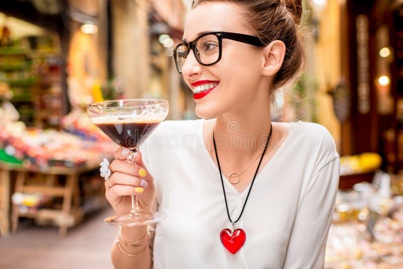 Vrouw met traditionele Italiaanse koude koffie stock foto
