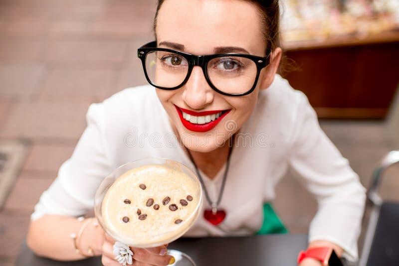 Vrouw met traditionele Italiaanse koude koffie royalty-vrije stock foto's