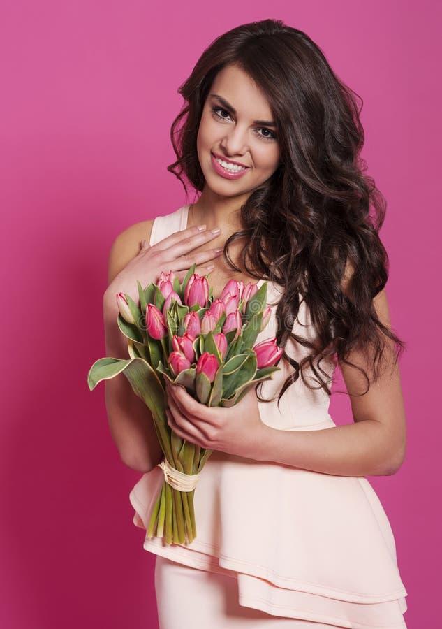 Vrouw met tulpen stock afbeelding