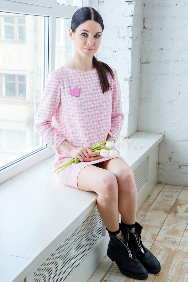 Vrouw met tulpen Schoonheid en manier de lente royalty-vrije stock fotografie
