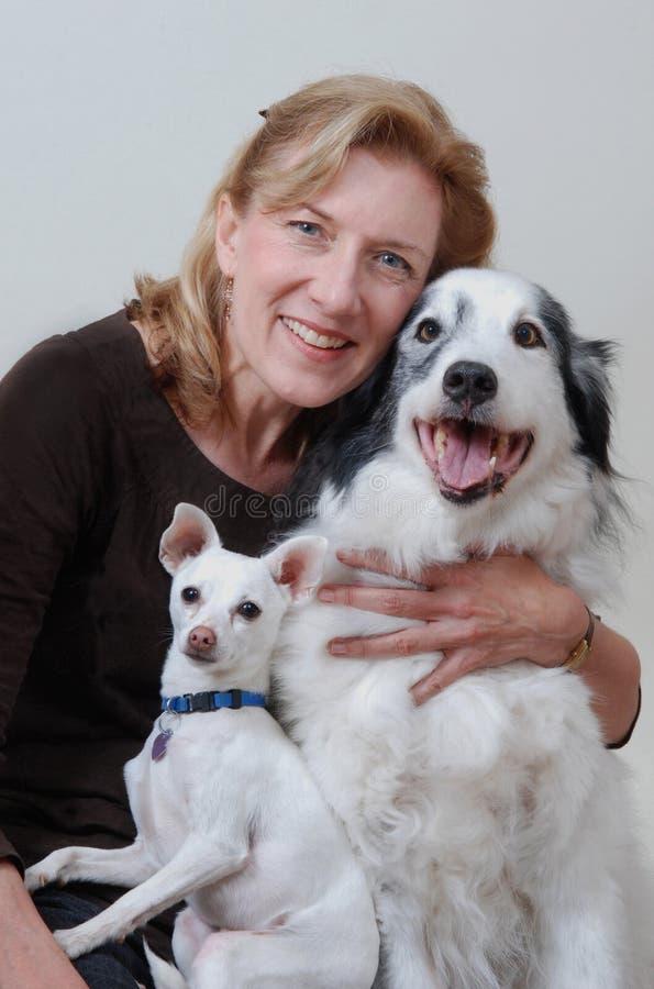 Vrouw met twee honden royalty-vrije stock afbeeldingen