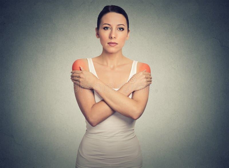 Vrouw met tweezijdige binnen gekleurde schouderpijn of stijfheid royalty-vrije stock foto's