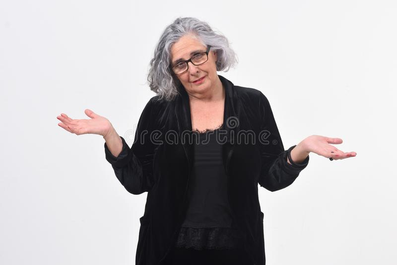 Vrouw met twijfel of verwarde uitdrukking op witte achtergrond stock afbeelding
