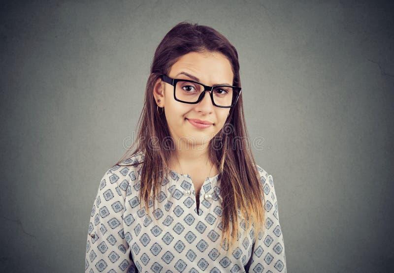 Vrouw met twijfelachtige gezichtsuitdrukking stock afbeeldingen