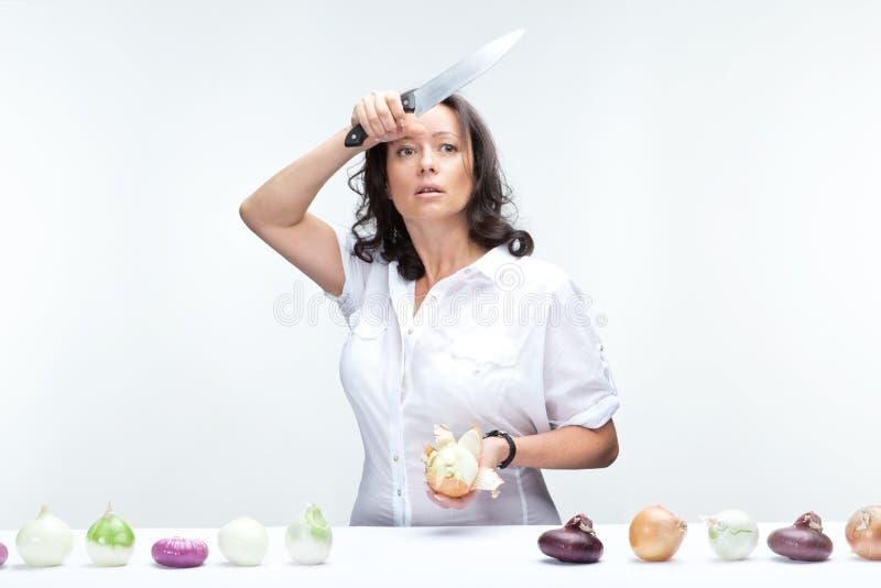 Vrouw met uien stock afbeeldingen