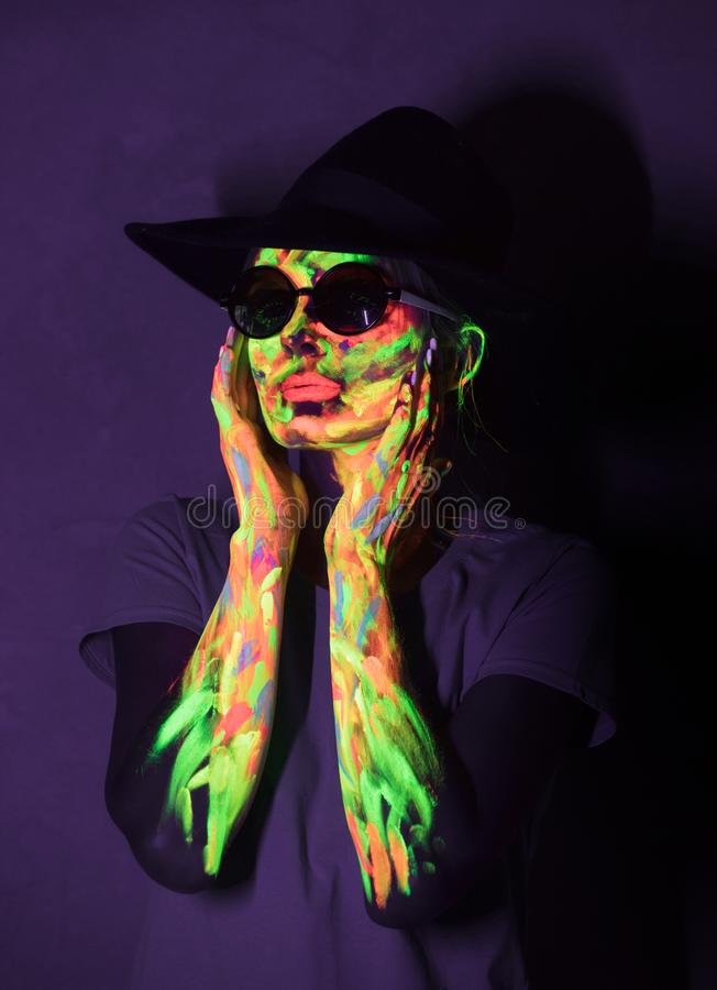 Vrouw met ultraviolette verf op gezicht royalty-vrije stock afbeeldingen