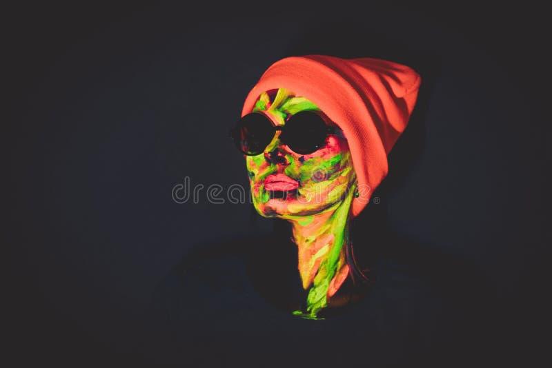 Vrouw met ultraviolette verf op gezicht royalty-vrije stock afbeelding