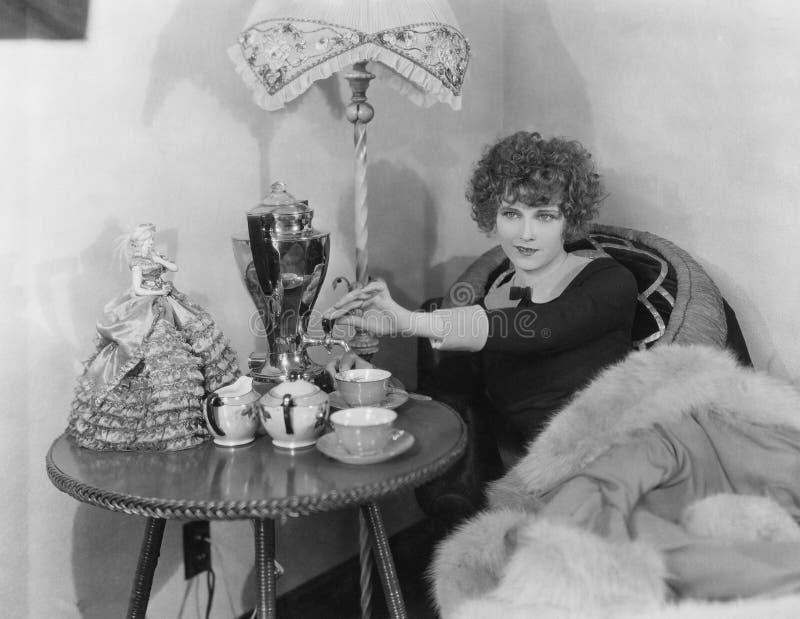 Vrouw met urn en theekopjes (Alle afgeschilderde personen leven niet langer en geen landgoed bestaat Leveranciersgaranties die da royalty-vrije stock afbeelding