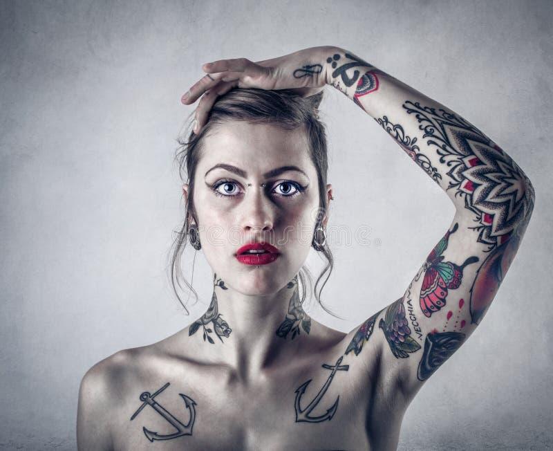 Vrouw met veel tatoegeringen stock afbeeldingen