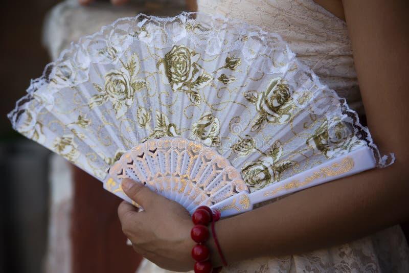 Vrouw met ventilator stock foto