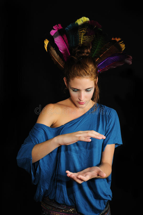 Vrouw met veren op het hoofd stock afbeeldingen
