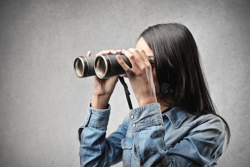 Vrouw met verrekijkers royalty-vrije stock foto's