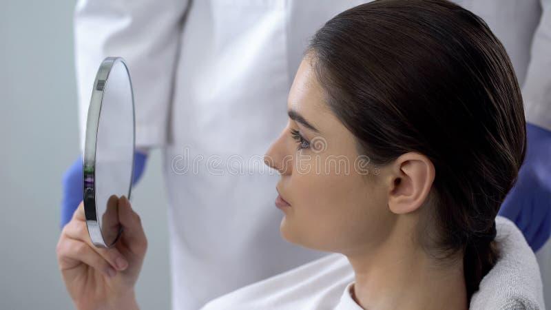 Vrouw met verrichtingsresultaat wordt teleurgesteld, niet succesvolle rhinoplasty, de kosmetiek die royalty-vrije stock afbeeldingen