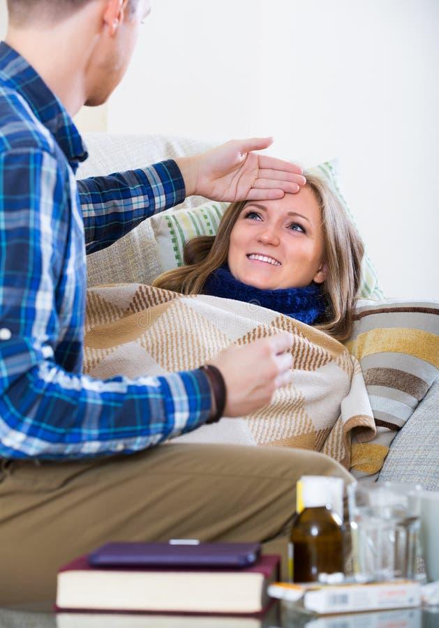 Vrouw met verwarmingspijp en verzorging stock foto