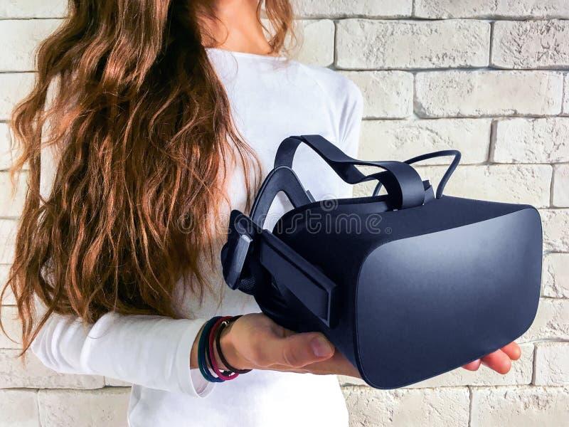 Vrouw met virtuele werkelijkheidsbeschermende brillen royalty-vrije stock afbeeldingen