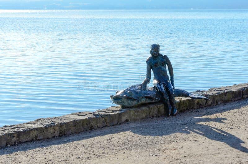 Vrouw met vissenstandbeeld 1 royalty-vrije stock afbeeldingen