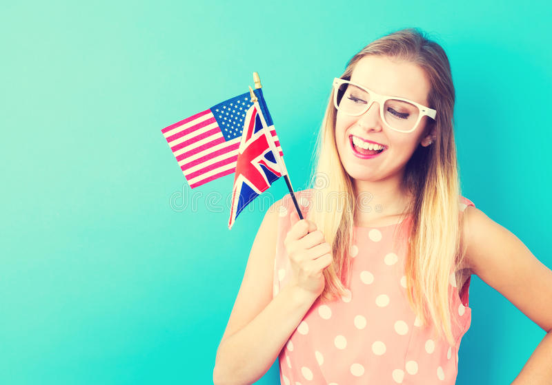 Vrouw met vlaggen van Engelstalige landen stock afbeelding