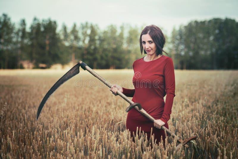 Vrouw met vlecht in het bos royalty-vrije stock afbeelding