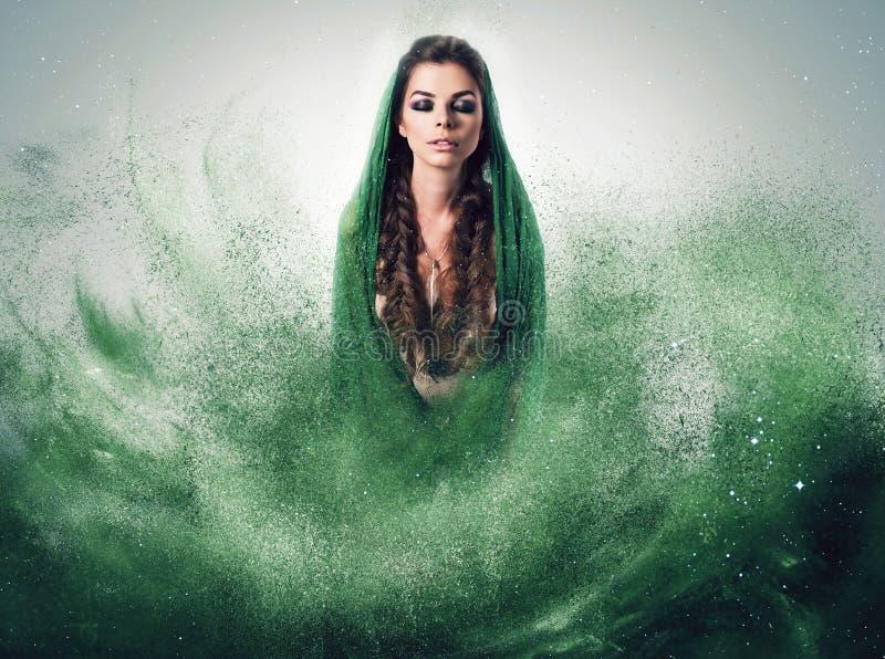 Vrouw met vlechten in groen stof stock afbeeldingen