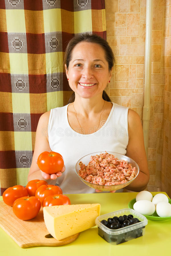 Vrouw met voedingsmiddelen voor farcitomaat stock fotografie