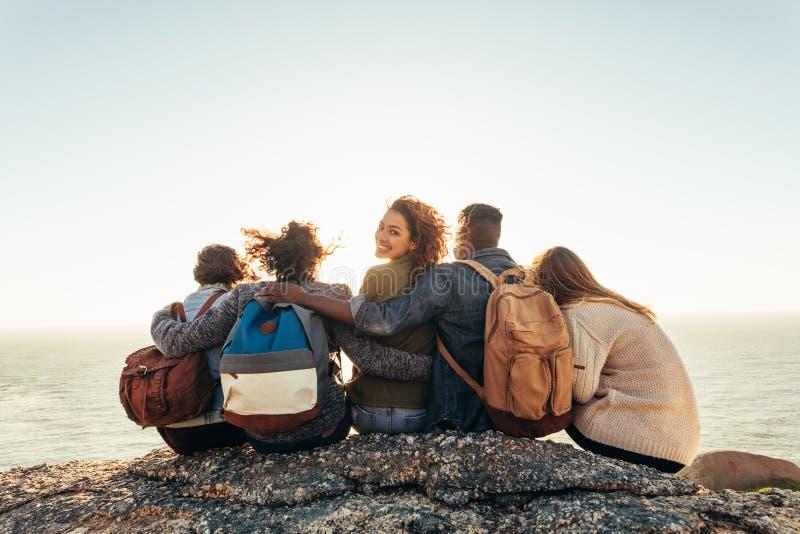 Vrouw met vrienden die van een dag in openlucht genieten stock fotografie