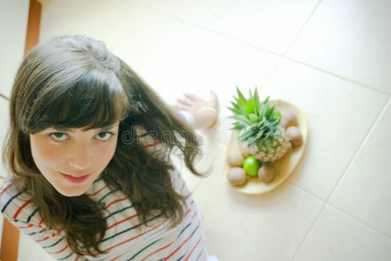 Vrouw met vruchten stock afbeeldingen